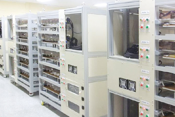 B4版大容量ラミネート電池 充放電評価システム